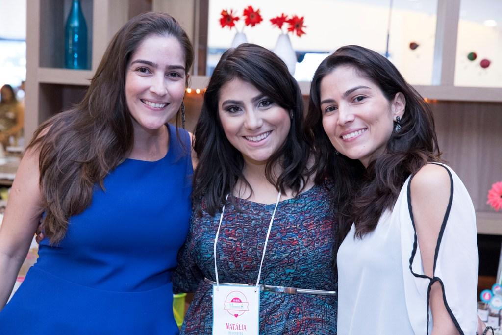 A blogueira Natália ao lado das irmãs Fabyane e Flávia, da Receber com Estilo.